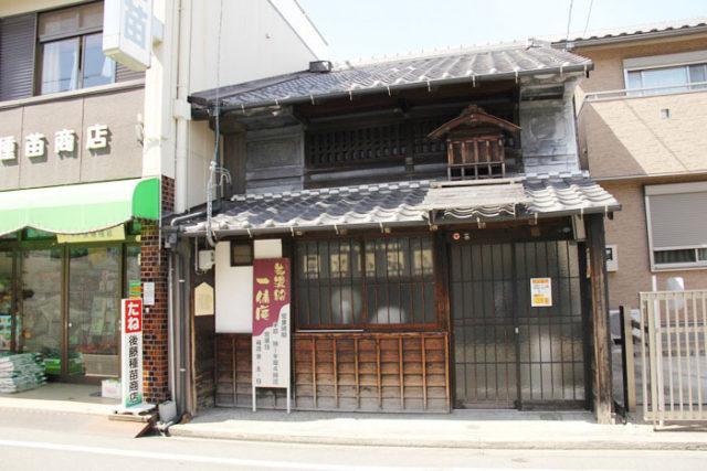 もう一軒、新川のお休み処「一休庵」にも屋根神様がのっています。屋根神様については、『ホントに歩く東海道 別冊美濃路』№8に資料で詳しく紹介しております。