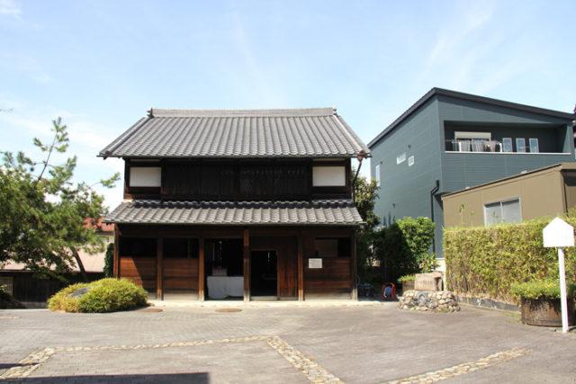 西枇杷島問屋記念館。西枇杷島町には江戸時代、下小田井の市という青果市場がありました。名古屋城の台所と呼ばれ、日本三大市場の一つです。下小田井の市を開いた山田九左衛門の実際の問屋の住居を、移築復元したものです。