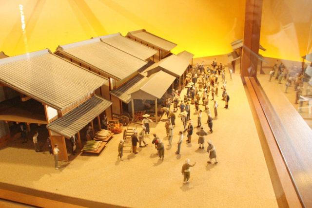 西枇杷島問屋記念館の内部は資料館になっていて、ジオラマは青果市場の賑わいを伝えています。