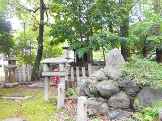 闇之森八幡社には、為朝が鎧を埋めたという鎧塚があります。