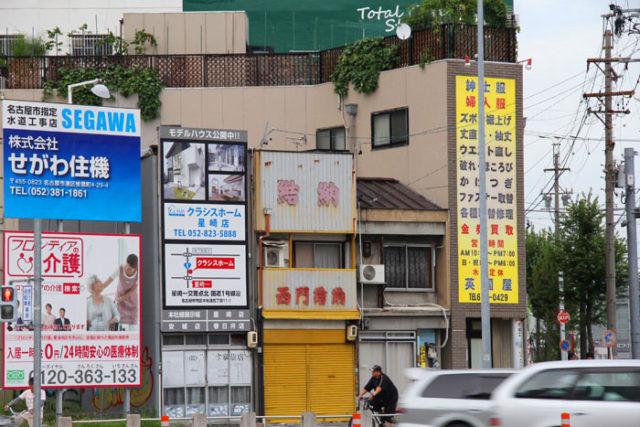 旗屋町交差点。広い通りに面して小さな店が集中しています。