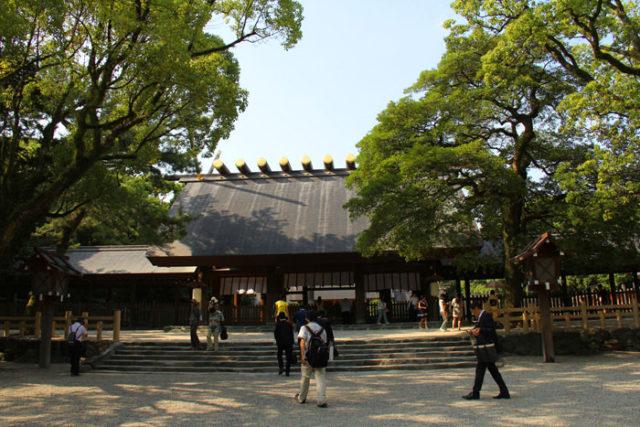 熱田神宮本宮。外国人も含め多くの参拝客で賑わっています。