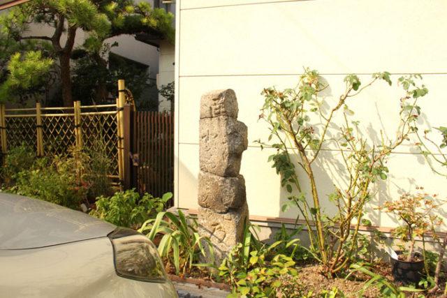 ほうろく地蔵の辻にあったもう一つの道標は、東海道沿いの民家の前に移されています。何カ所にも切れ目があり痛々しいですが、残っていて貴重です。
