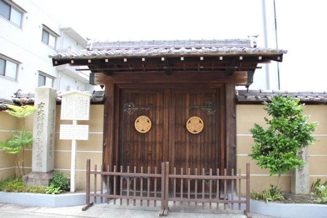 国道19号線沿いの誓願寺は、源頼朝出生地。
