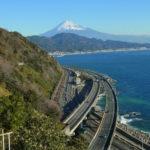 薩埵(さった)峠展望台からの眺め。国道1号線、東名高速道路、東海道線、東海道の旧道が通る、交通網の集中エリア