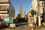 加納宿は秋葉神社が多い。神社越しにタワーマンションが見える