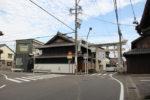 手力雄神社二の鳥居。中山道は大きくカーブする