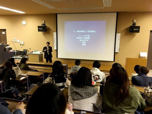 東海学院大学で講義をする西村課長