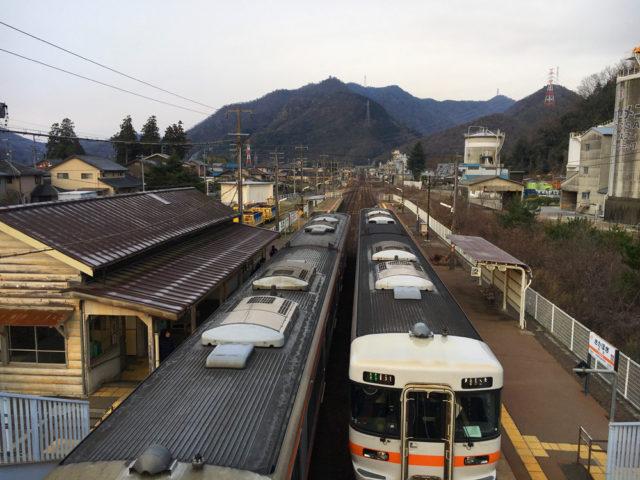 高山本線坂祝駅から西正面に坂祝城址が見える。