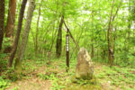 茶屋跡には標柱が立つのみ。ここは、みちじろ峠にあるばばが茶屋跡(瑞浪市・恵那市境付近)