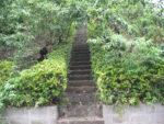 宮崎大塚へ上がる階段(川崎市宮前区宮崎) 古墳? 太平洋戦争時代に高射砲陣地が置かれた