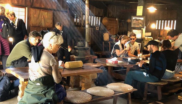 一石栃立場茶屋。見事な程のアウェー感がある、休憩者はオール外国人