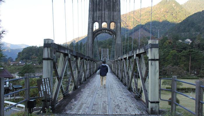 桃介橋。南木曽駅西。木曽川の対岸を結ぶ。大正時代の木橋を修復・再現