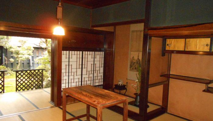 妻籠宿 脇本陣奥谷。洋装の明治天皇のために作られたテーブル