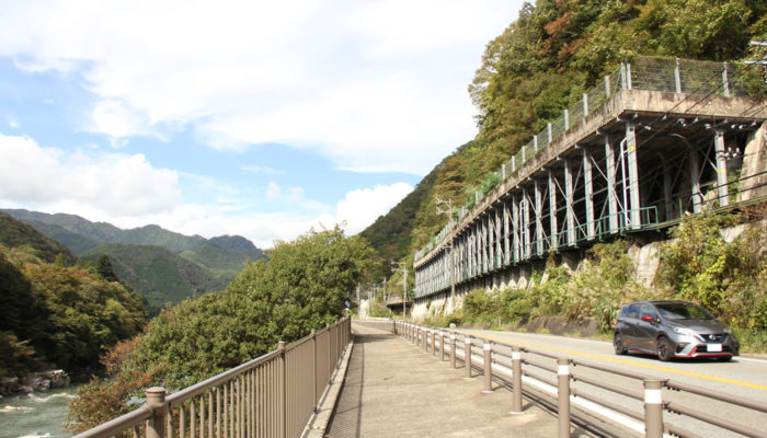 三留野宿を出て、野尻までは木曽川沿い。国道19号で木曽川ぎりぎりを通る