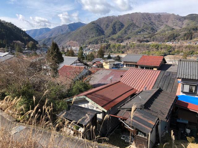 木曽川より高い場所に移動した須原宿。屋根がぎっちり