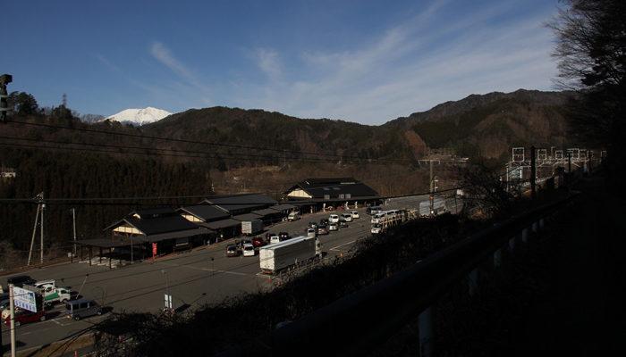 道の駅木曽福島。後ろに御嶽山