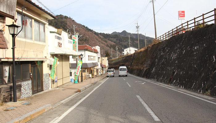 木曽福島の駅から中央本線と木曽川の間の坂道