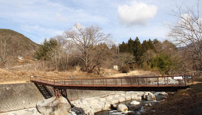 正沢川、巨岩を利用した橋を渡る