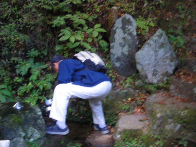 2008年11月12日 大山。弘法水で水を飲む中平さん