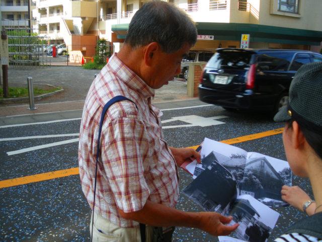 2008年8月29日 大山街道二子宿。岡本かの子の実家、大貫病院のありし日の写真を見せながら説明する中平さん