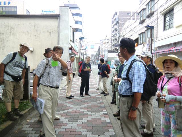2011年7月30日 キャーッ大山街道発行記念ウォークで平塚市内を案内する中平さん