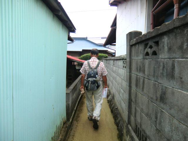 2011年9月17日 羽尾通り大山道の現調。細い道を進む中平さん