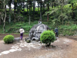 諏訪大社下社春宮近くの万治の石仏。周りを回ってお願いをする