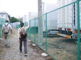 トラックの駐車場の間の道を富士塚庚申塔へ向かいます。