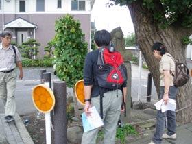 赤坂の不動明王座像の道標を見る。「この銀杏は乳銀杏だからメスですね」と、不動明王の右あたりの突起を指さして説明してくださいました。不動明王の左にある木も銀杏です。すぐ左に赤坂バス停があります。