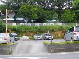 赤坂の由来の赤土(関東ローム層)がむき出しになっている駐車場。