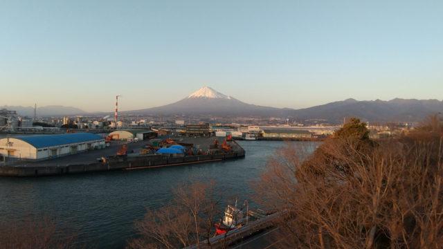 吉原駅近くの富士と港(田子の浦港)の見える公園