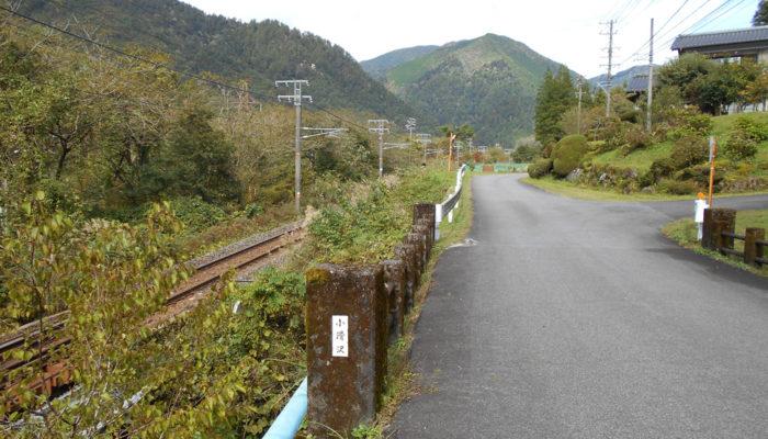 三留野と野尻の間、新茶屋橋。中央線のすぐ上を歩く