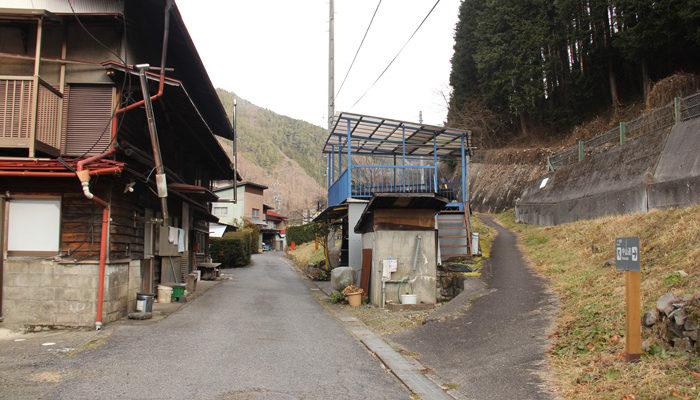 塩渕から高台への細道。木曽町役場の横に出る