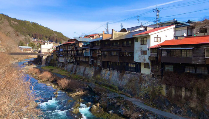 行人橋(車道)からの崖家づくり