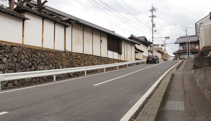 芦田宿本陣の塀。中山道は尾根道。