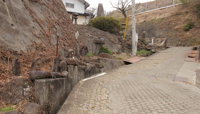 長坂の石造物群