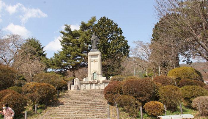 鶴峯公園はつつじで有名。発注ミス?で名所になった。片倉兼太郎がかつての製糸工場地帯を見下ろす高台。