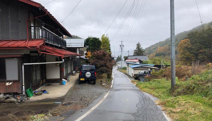 中村。細い道をコミュニティバスが通る
