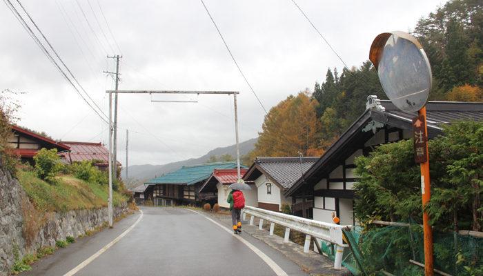 集落の境に祭りの時に提灯を下げる鉄枠がある