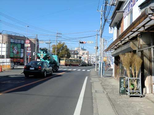 松枝交差点の手前を曲がります。